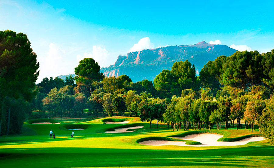 real club de golf el prat campo con bunkers y vistas a la montaña de la mola