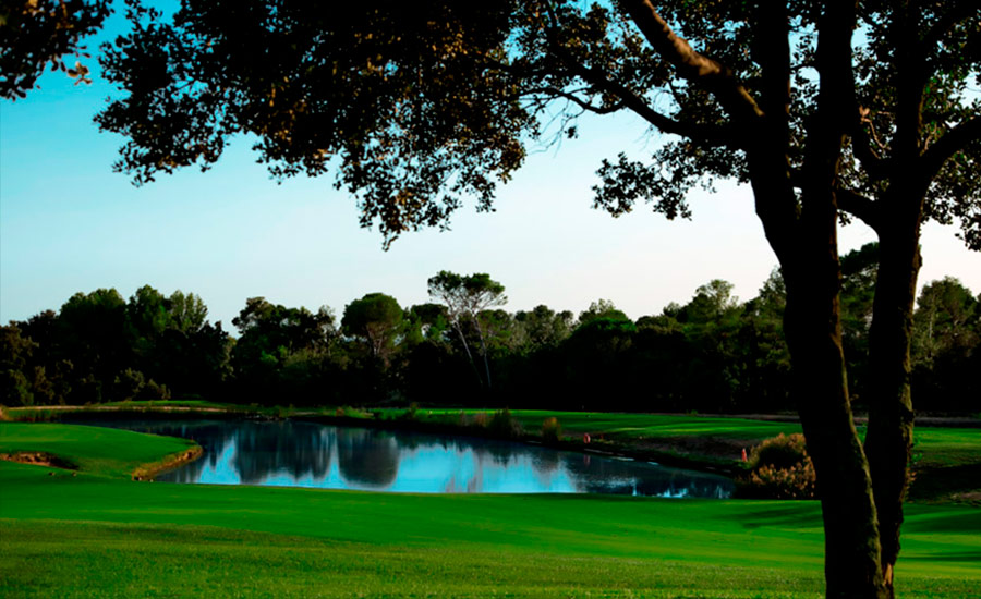 golf en barcelona real club de golf el prat vista lago y arboles