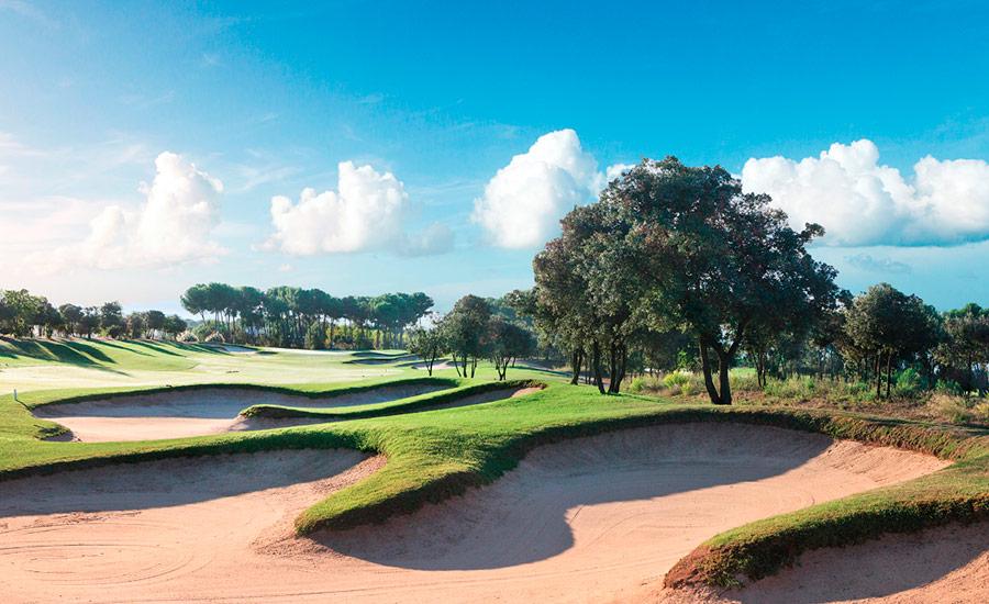 golf en barcelona real club de golf el prat bunkers y arboles