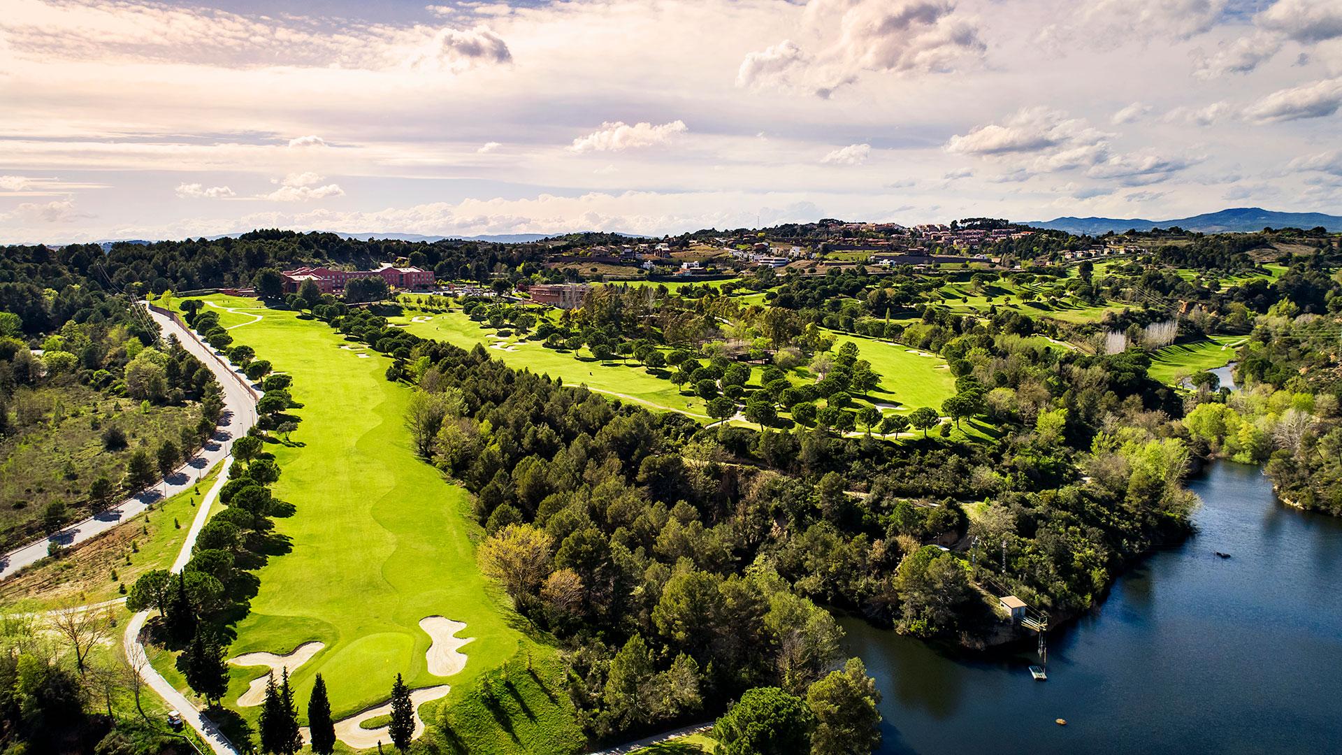 campo de golf barcelona vista aerea lago y arboles