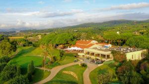 club de golf llavaneras vistas al campo y casa club con buggies