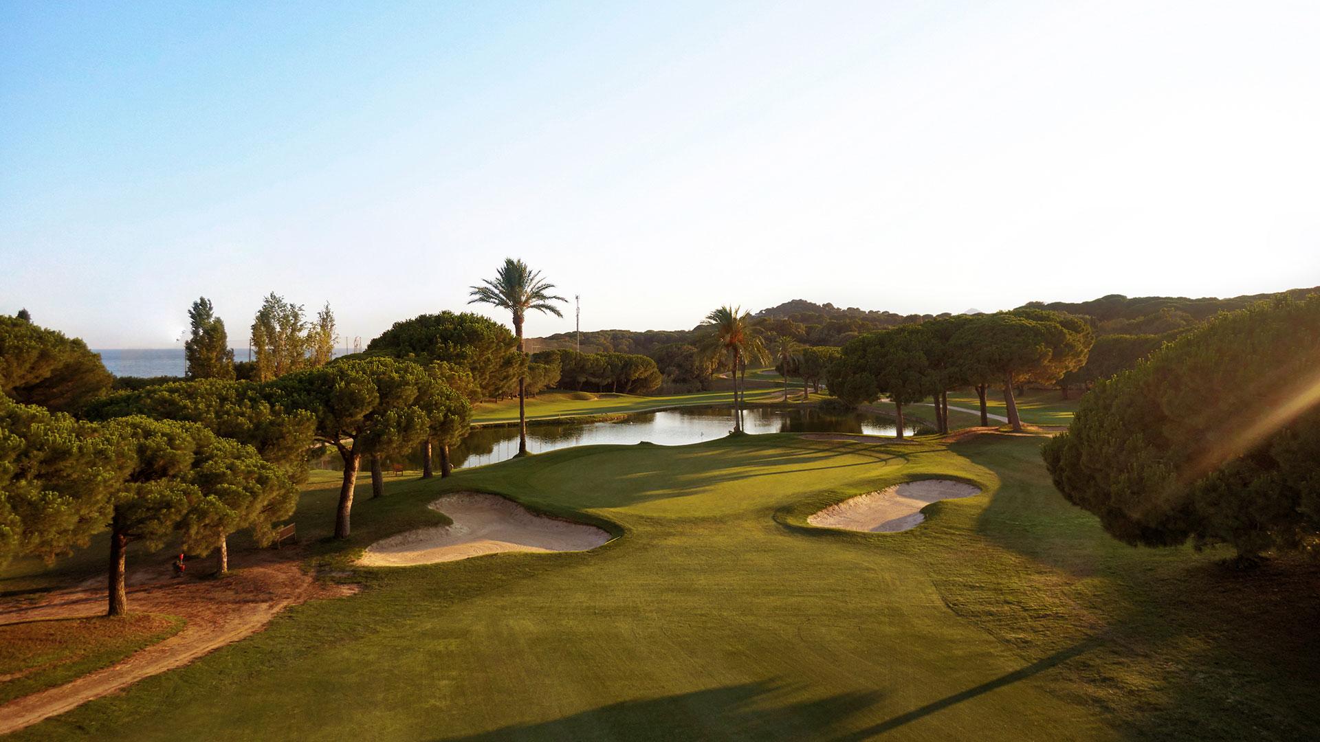 campo de golf llavaneras bunkers lago y mar mediterraneo