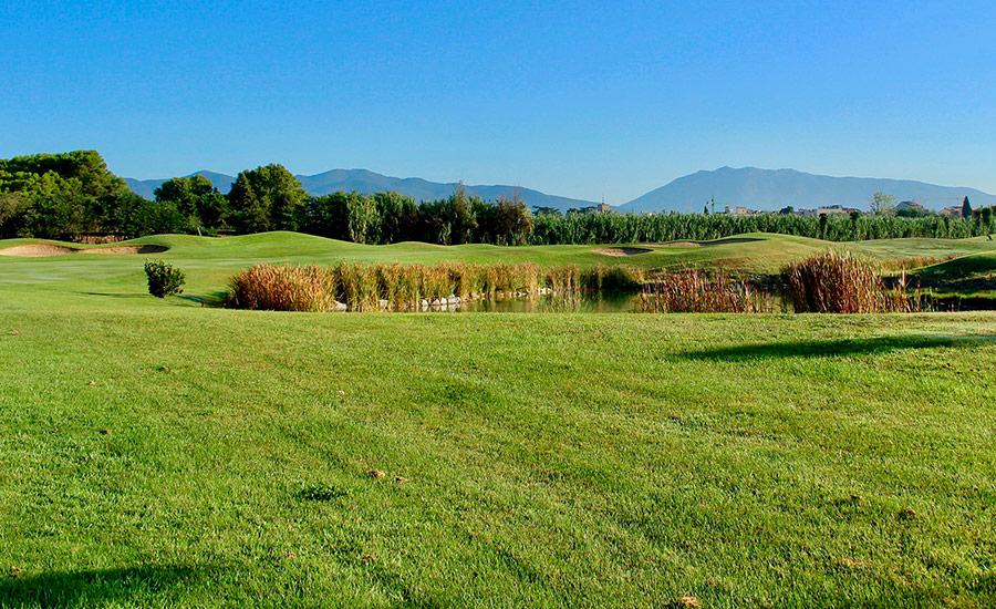 golf en barcelona club de golf la roca hoyo 2 con lago y vista montañas