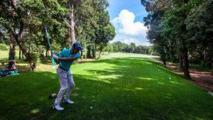 campo de golf montanya hombre jugando a golf