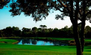 golf en barcelona real club de golf el prat vista lago y arboles