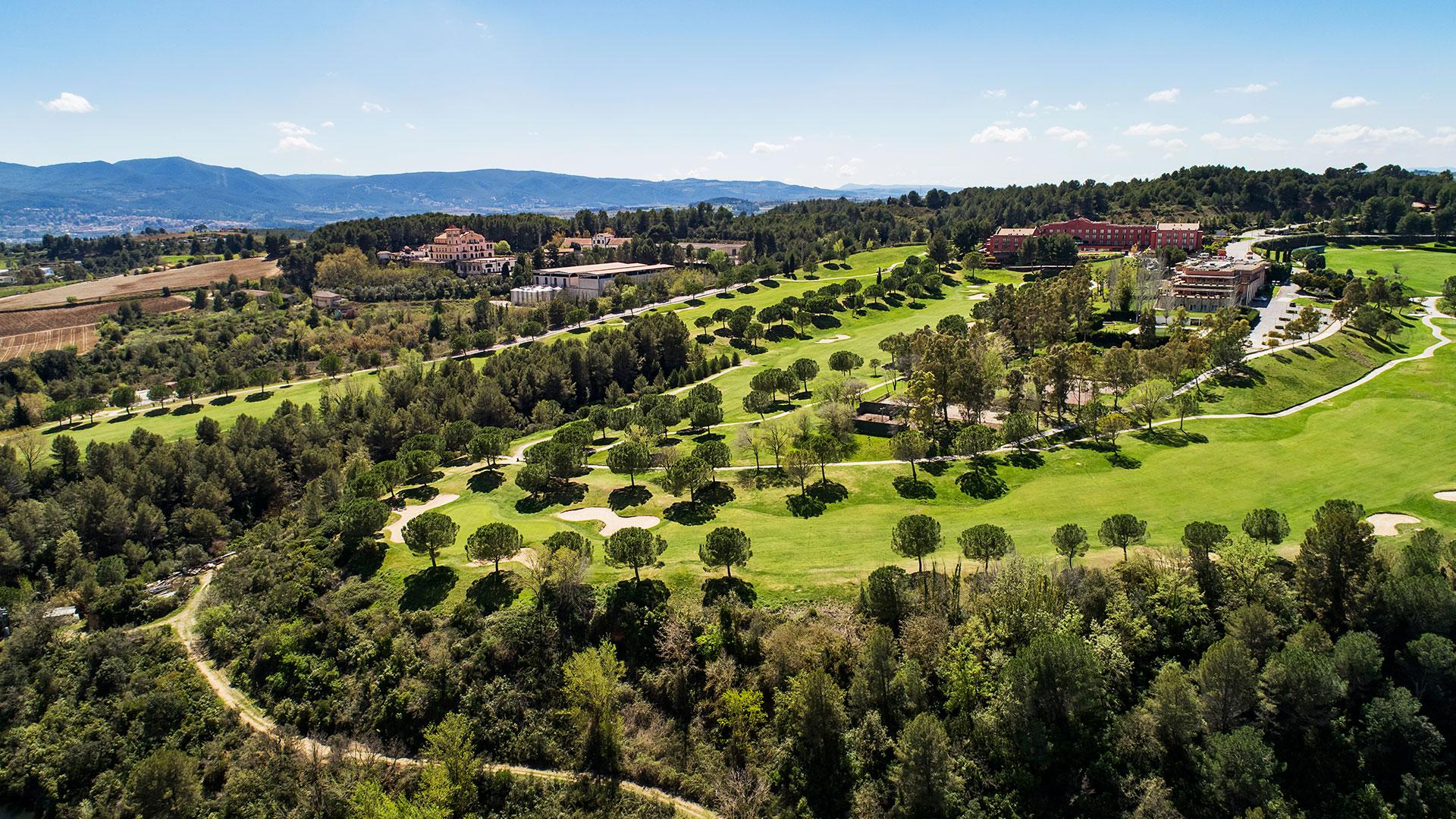 campo de golf barcelona vista aérea arboles hotel y casa club