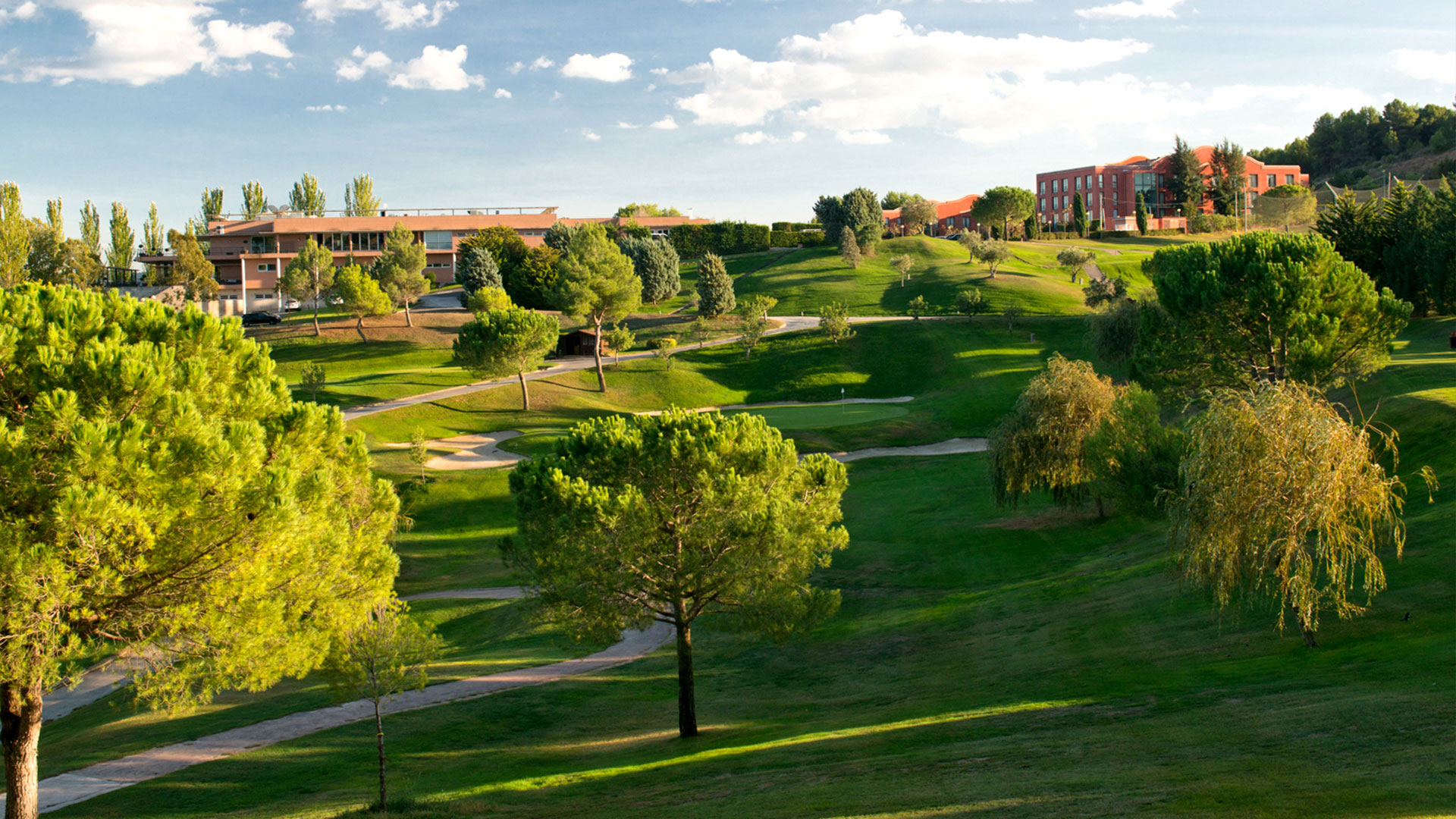 campo de golf barcelona árboles casa club y hotel