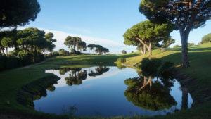 campo de golf llavaneras lago espejo arboles