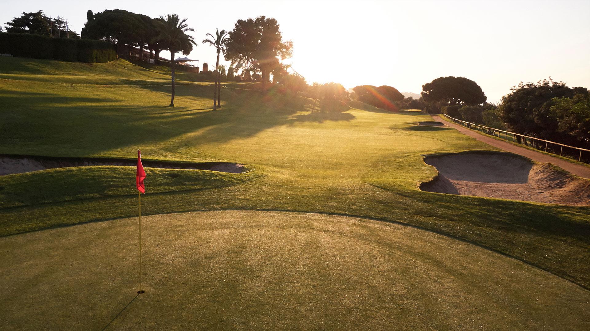 campo de golf llavaneras bunkers atardecer