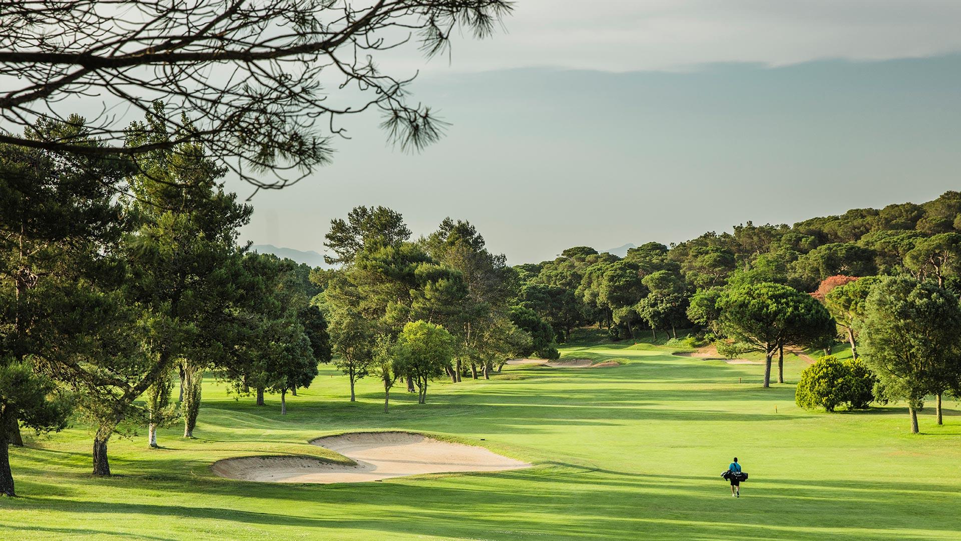 campo de golf vallromanes bunker y hombre con palos de golf
