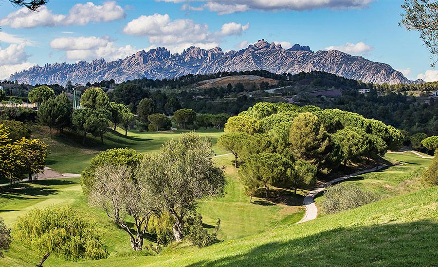 golf en barcelona club de golf barcelona vistas a montaña de montserrat