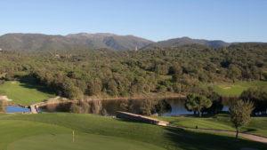 campo de golf montanya lago y bosques